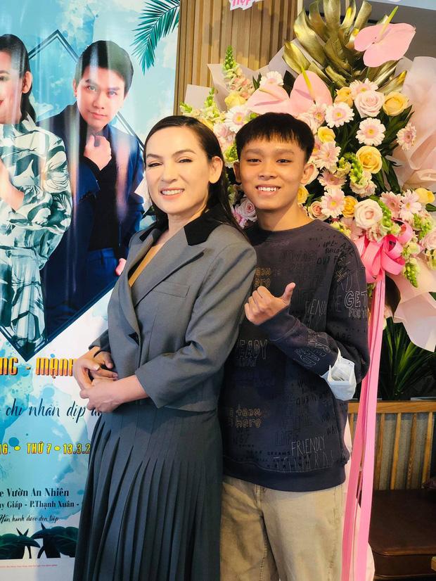Netizen nghi vấn về chiếc áo đặc biệt của mẹ Hồ Văn Cường trong clip, dòng chữ phải chăng thay cho lời muốn nói?-4