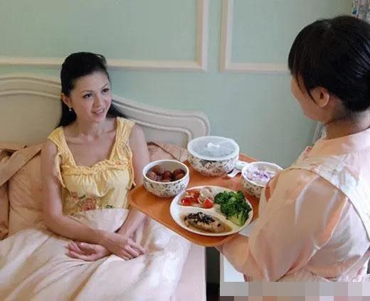 Con dâu ở cữ, mẹ chồng ngày nào cũng mang canh gà hầm cho ăn, một hôm con trai vô tình ăn thử một miếng, anh liền đuổi khéo bà về quê ngay-1
