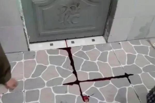 Thấy vệt máu chảy ra từ phòng trọ đã đông đặc, hàng xóm phá cửa vào trong thì phát hiện điều kinh hoàng-1