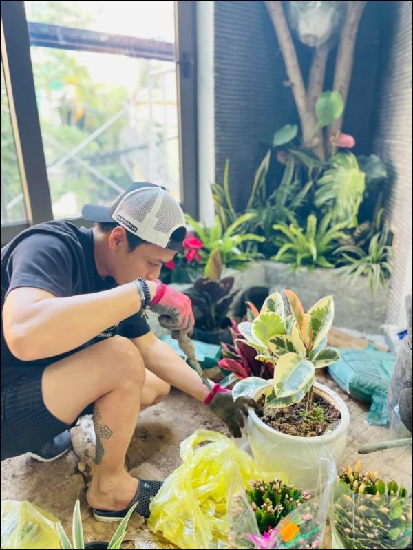 Hồng Đăng tự tay chăm chút cho khu vườn nhỏ trong biệt thự hoàng tráng2 mặt tiền tọa lạc ngay trung tâm Tp.Hà Nội-2