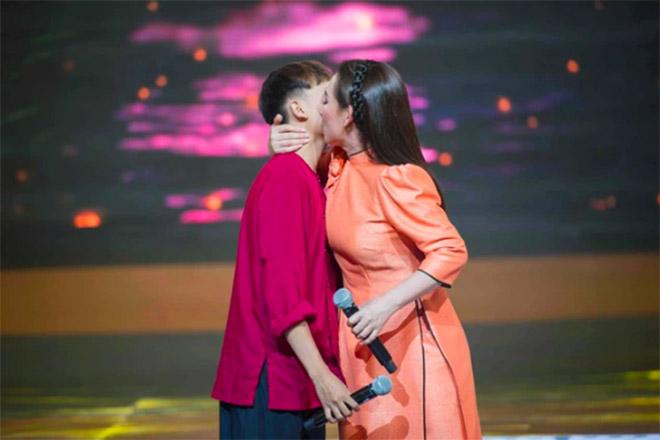 Đời tư kín tiếng nhưng Phi Nhung lại rất thoải mái ôm hôn đồng nghiệp nam-15