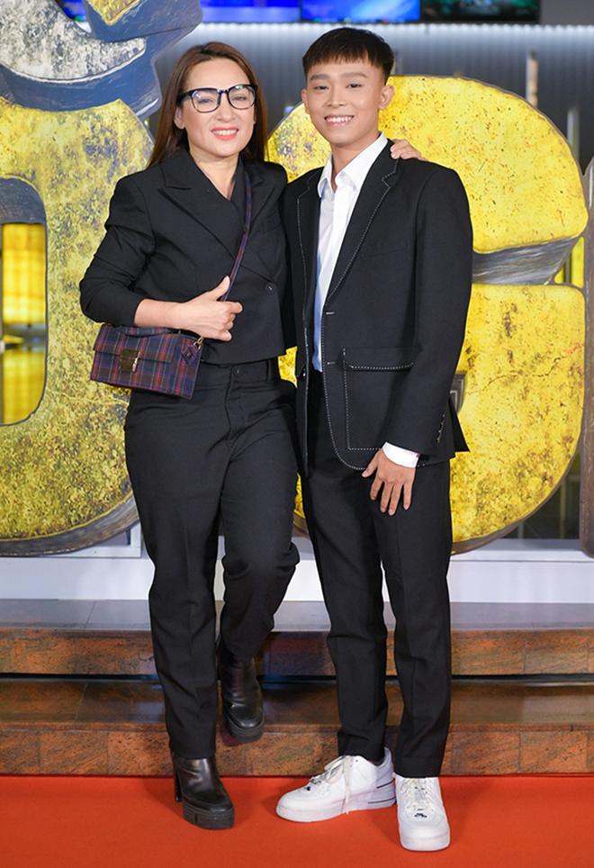 Đời tư kín tiếng nhưng Phi Nhung lại rất thoải mái ôm hôn đồng nghiệp nam-13