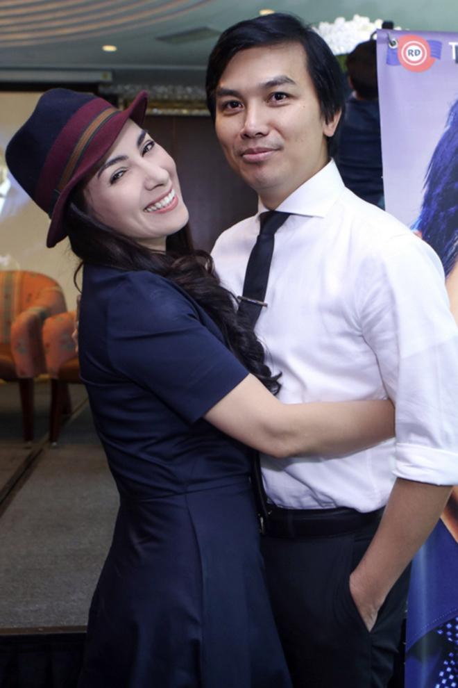 Đời tư kín tiếng nhưng Phi Nhung lại rất thoải mái ôm hôn đồng nghiệp nam-2