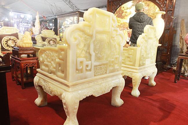 Bóc giá 3 bộ bàn ghế bằng ngọc nổi tiếng ở Việt Nam-6