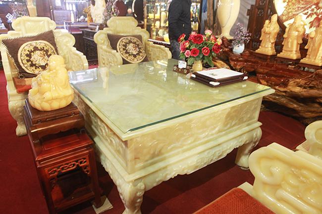 Bóc giá 3 bộ bàn ghế bằng ngọc nổi tiếng ở Việt Nam-7