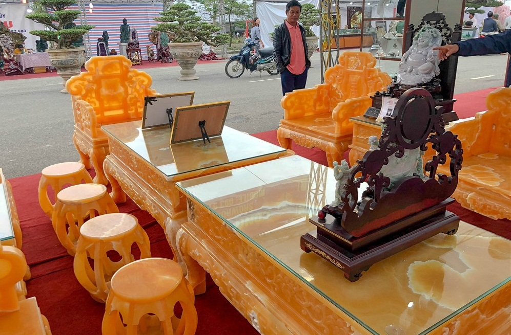 Bóc giá 3 bộ bàn ghế bằng ngọc nổi tiếng ở Việt Nam-8