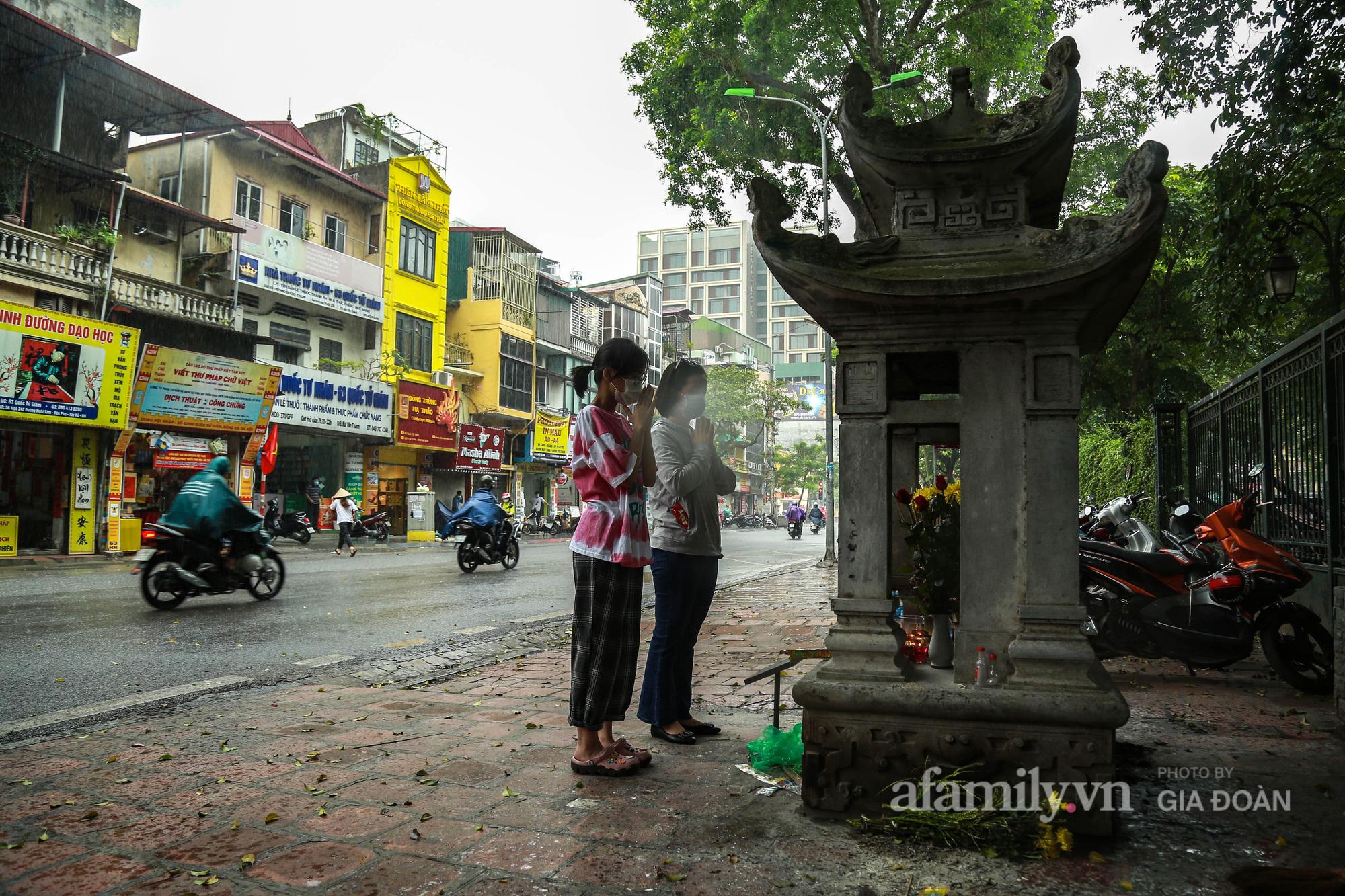 Sĩ tử Hà Nội cùng phụ huynh đội mưa đi lễ cầu may trước ngày thi vào lớp 10-1