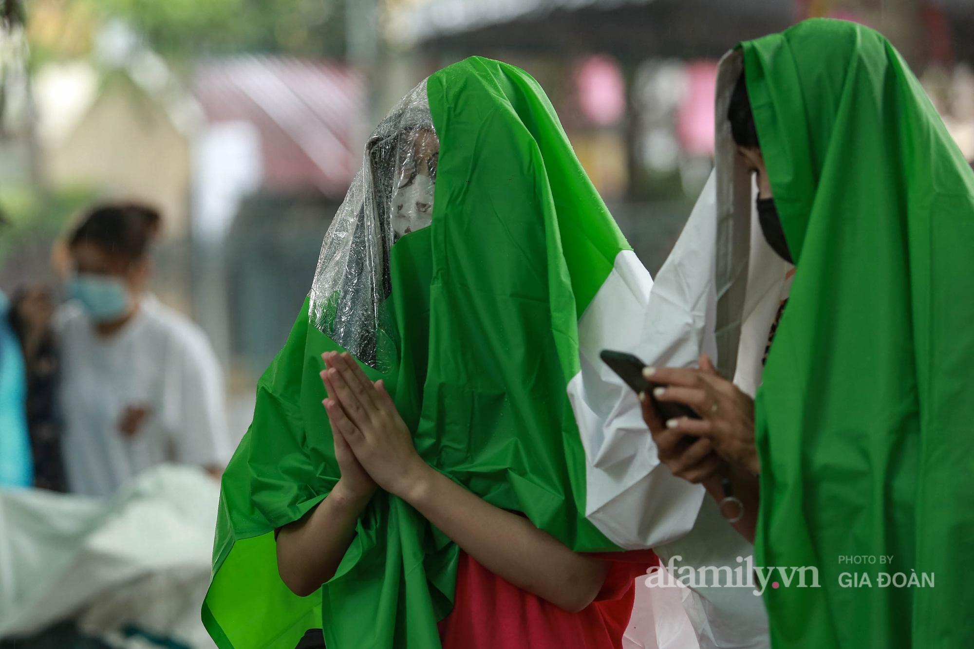 Sĩ tử Hà Nội cùng phụ huynh đội mưa đi lễ cầu may trước ngày thi vào lớp 10-6