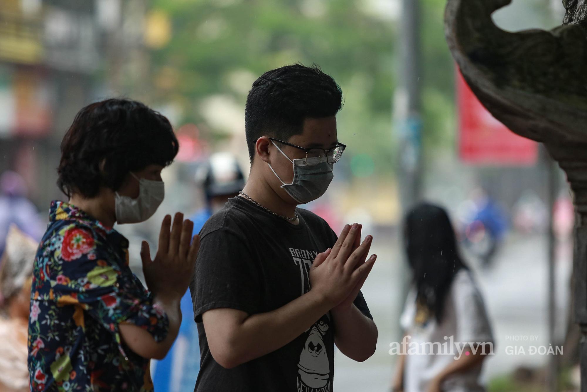 Sĩ tử Hà Nội cùng phụ huynh đội mưa đi lễ cầu may trước ngày thi vào lớp 10-8