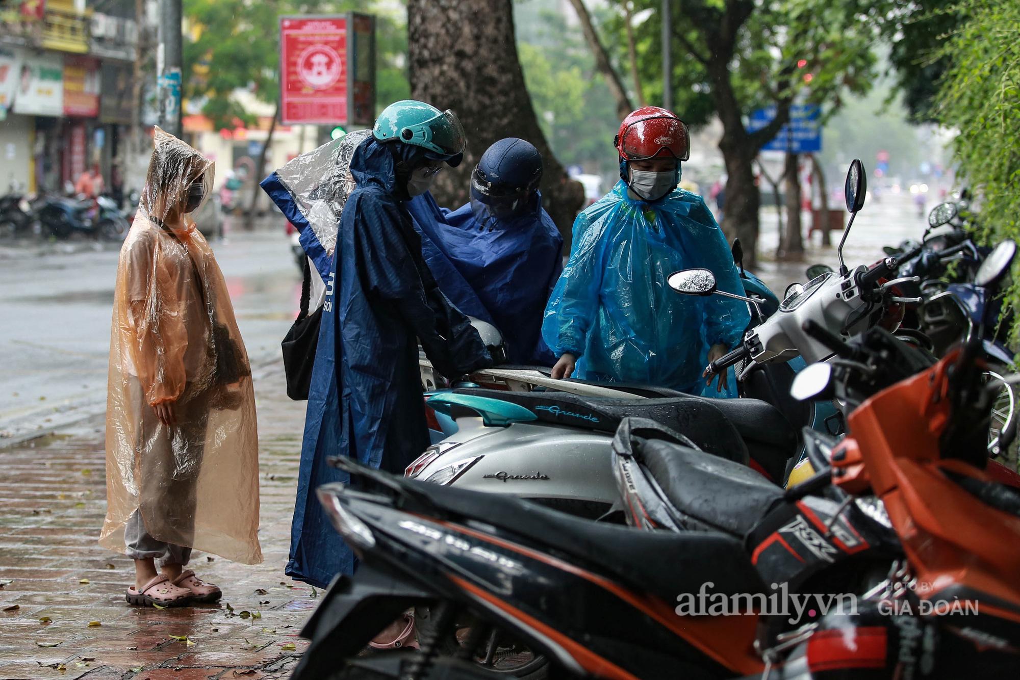 Sĩ tử Hà Nội cùng phụ huynh đội mưa đi lễ cầu may trước ngày thi vào lớp 10-3