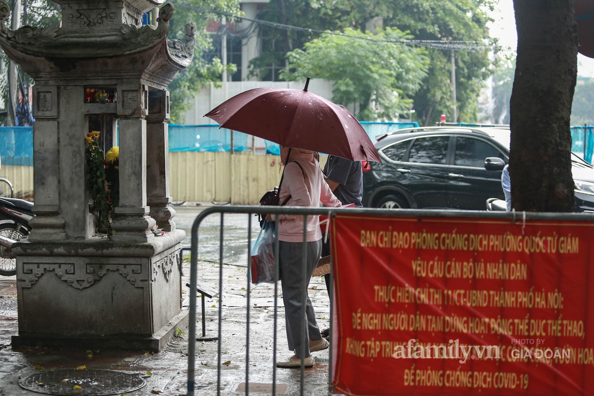 Sĩ tử Hà Nội cùng phụ huynh đội mưa đi lễ cầu may trước ngày thi vào lớp 10-5