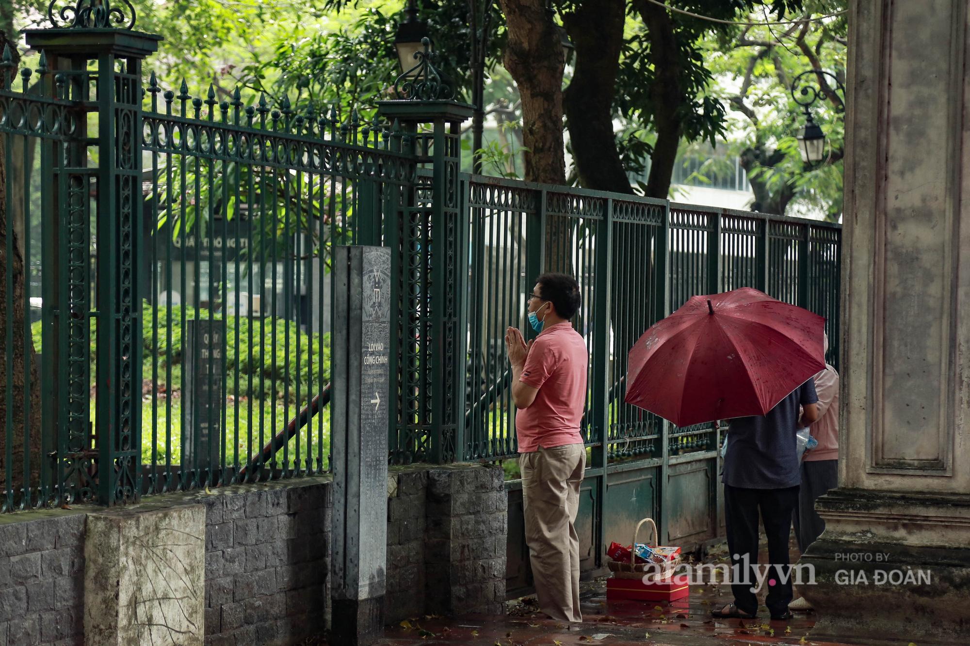 Sĩ tử Hà Nội cùng phụ huynh đội mưa đi lễ cầu may trước ngày thi vào lớp 10-7