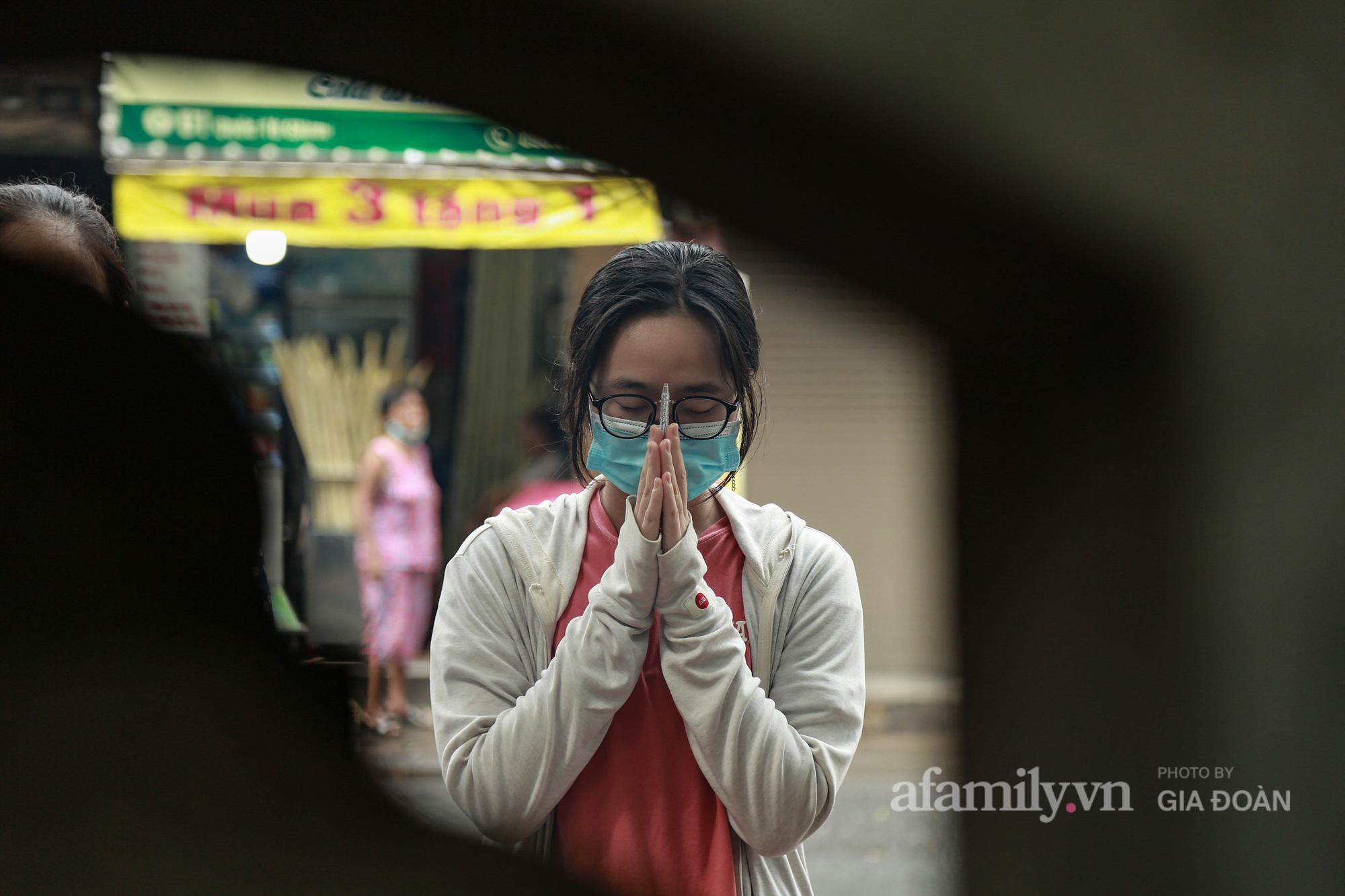 Sĩ tử Hà Nội cùng phụ huynh đội mưa đi lễ cầu may trước ngày thi vào lớp 10-11