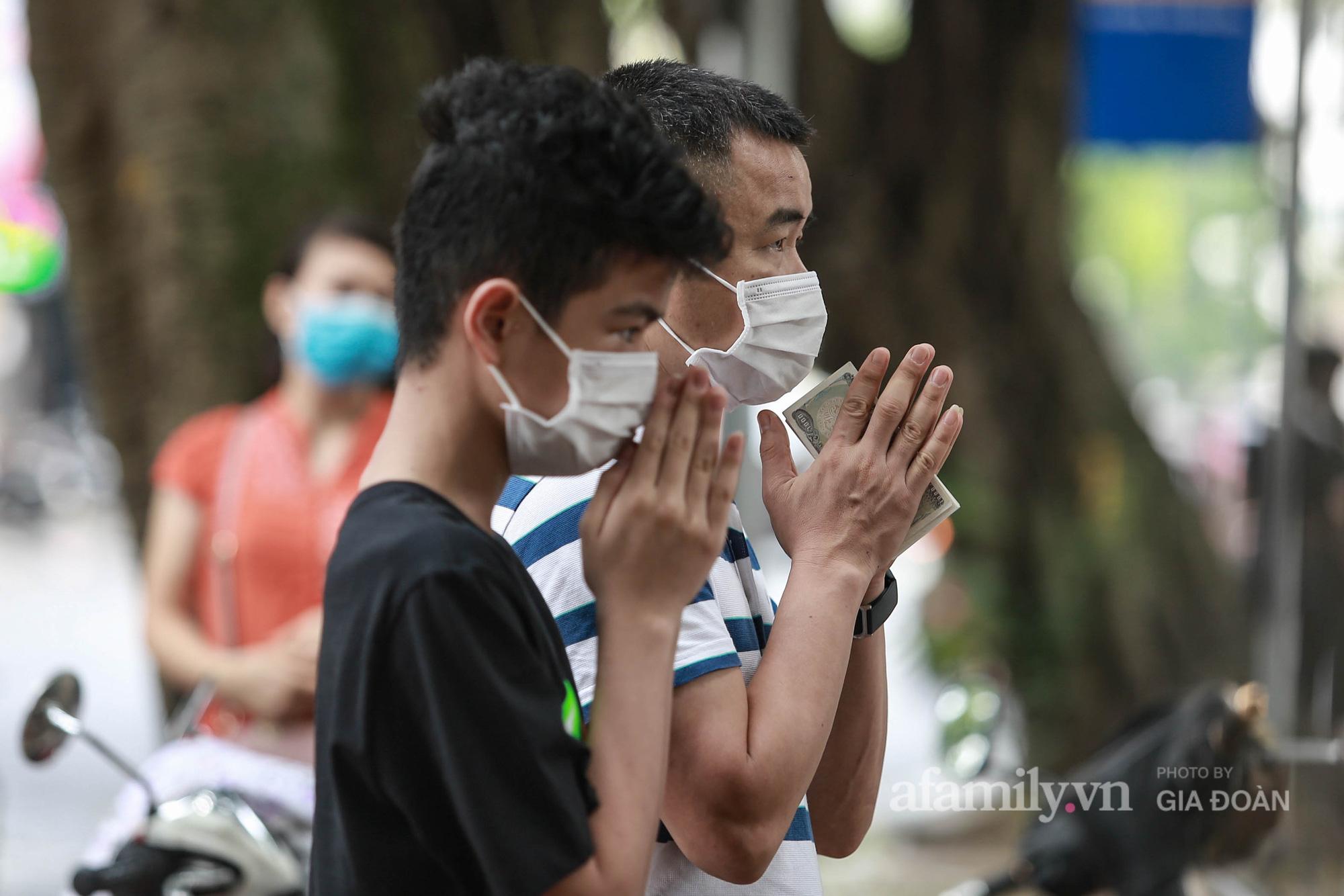 Sĩ tử Hà Nội cùng phụ huynh đội mưa đi lễ cầu may trước ngày thi vào lớp 10-18