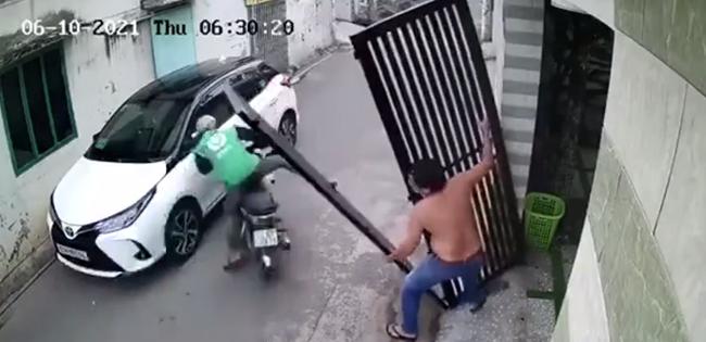 Kinh hãi khoảnh khắc chiếc cổng sắt bất ngờ đổ sập, suýt đè trúng tài xế công nghệ-1