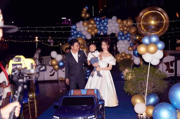Lộ ảnh hiếm cả gia đình Hoà Minzy trong tiệc thôi nôi của quý tử, tổ chức hoành tráng trên du thuyền mà giữ kín như bưng-1