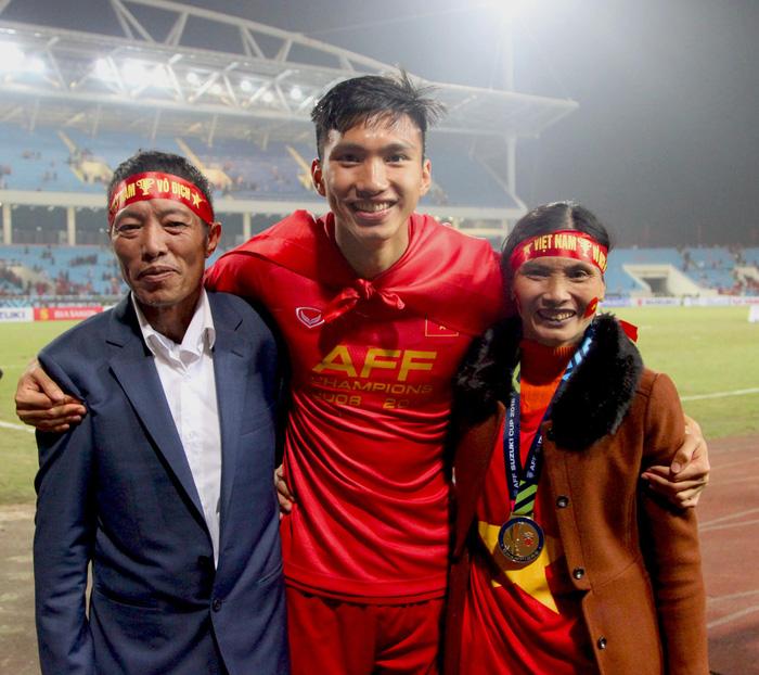 Bố mẹ cầu thủ tuyển Việt Nam: Thương các con vất vả, nhưng hãy vượt mọi khó khăn vì nhiệm vụ Tổ quốc-3