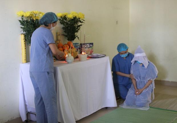 Xót xa nữ điều dưỡng không thể về chịu tang mẹ, lập bàn thờ trong khu cách ly để vái vọng: Đã rất lâu rồi, cô chưa được về nhà thăm mẹ-1