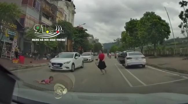 Mẹ vừa mở cửa xe, con nhỏ lao vụt ra đường bị ô tô tông trực diện: Sự bất cẩn tiềm ẩn nỗi kinh hoàng nhiều phụ huynh mắc phải-2