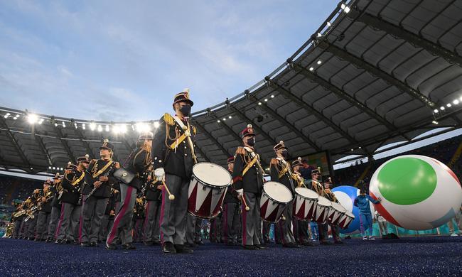 Mãn nhãn với lễ khai mạc Euro 2021: Bữa tiệc màu sắc đầy ấn tượng mang nhiều thông điệp ý nghĩa-1