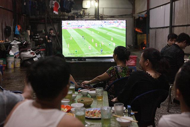 Đang cách ly, 7 người ở Bắc Giang vẫn tụ tập uống bia, xem bóng đá Việt Nam và Malaysia-1