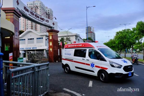 NÓNG: Phong tỏa BV Bệnh Nhiệt đới TP.HCM, người thân bác sĩ tiếp tế trong lo lắng-1