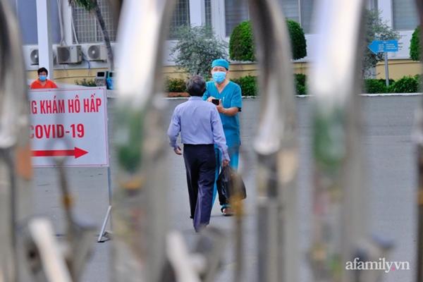 NÓNG: Phong tỏa BV Bệnh Nhiệt đới TP.HCM, người thân bác sĩ tiếp tế trong lo lắng-3
