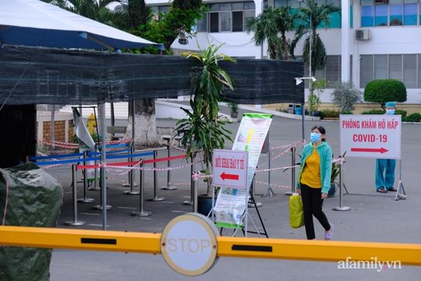 NÓNG: Phong tỏa BV Bệnh Nhiệt đới TP.HCM, người thân bác sĩ tiếp tế trong lo lắng-4