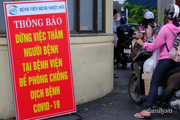 NÓNG: Phong tỏa BV Bệnh Nhiệt đới TP.HCM, người thân bác sĩ tiếp tế trong lo lắng-5