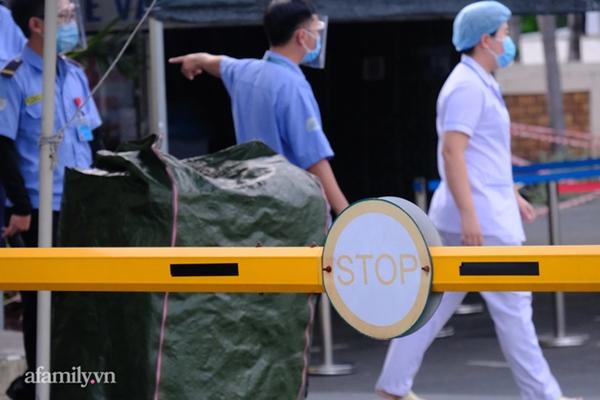 NÓNG: Phong tỏa BV Bệnh Nhiệt đới TP.HCM, người thân bác sĩ tiếp tế trong lo lắng-6