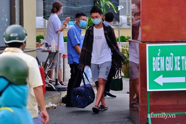 NÓNG: Phong tỏa BV Bệnh Nhiệt đới TP.HCM, người thân bác sĩ tiếp tế trong lo lắng-7