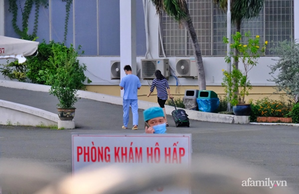 NÓNG: Phong tỏa BV Bệnh Nhiệt đới TP.HCM, người thân bác sĩ tiếp tế trong lo lắng-8