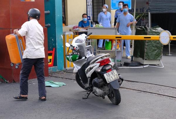 NÓNG: Phong tỏa BV Bệnh Nhiệt đới TP.HCM, người thân bác sĩ tiếp tế trong lo lắng-9