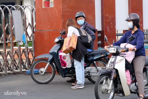 NÓNG: Phong tỏa BV Bệnh Nhiệt đới TP.HCM, người thân bác sĩ tiếp tế trong lo lắng-10