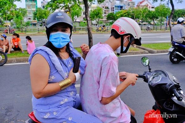 NÓNG: Phong tỏa BV Bệnh Nhiệt đới TP.HCM, người thân bác sĩ tiếp tế trong lo lắng-11
