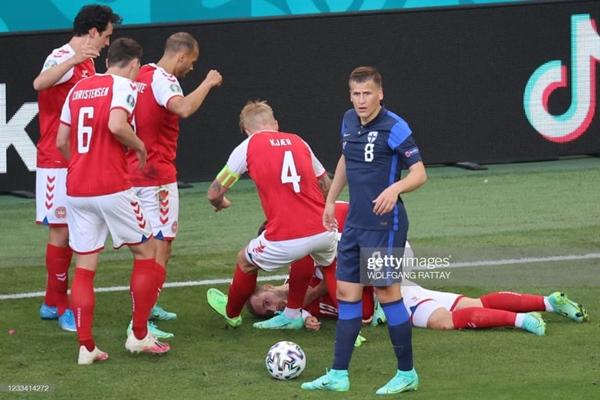Sốc: Ngôi sao tuyển Đan Mạch đột quỵ ngay trên sân đấu Euro, cả khán đài chết lặng, chìm trong nước mắt-1