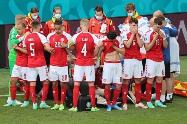 Sốc: Ngôi sao tuyển Đan Mạch đột quỵ ngay trên sân đấu Euro, cả khán đài chết lặng, chìm trong nước mắt-2