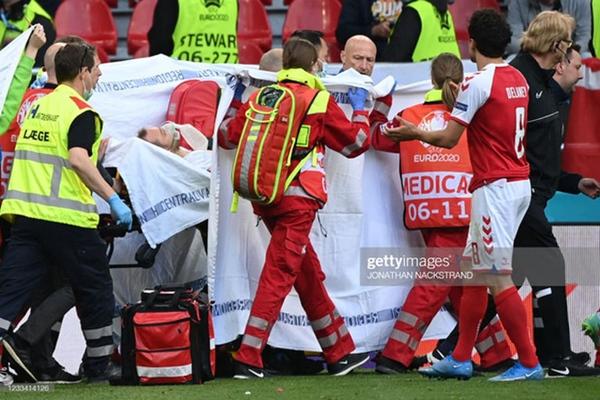 Ảnh: Vợ ngôi sao tuyển Đan Mạch leo rào, bật khóc trong vòng tay đồng đội khi thấy chồng mình đột quỵ-2