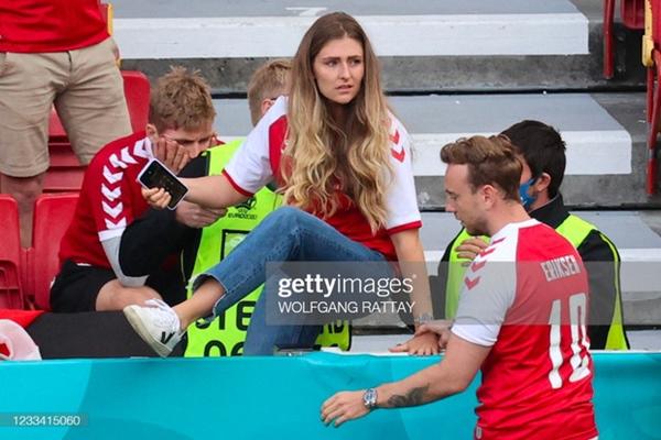 Ảnh: Vợ ngôi sao tuyển Đan Mạch leo rào, bật khóc trong vòng tay đồng đội khi thấy chồng mình đột quỵ-3