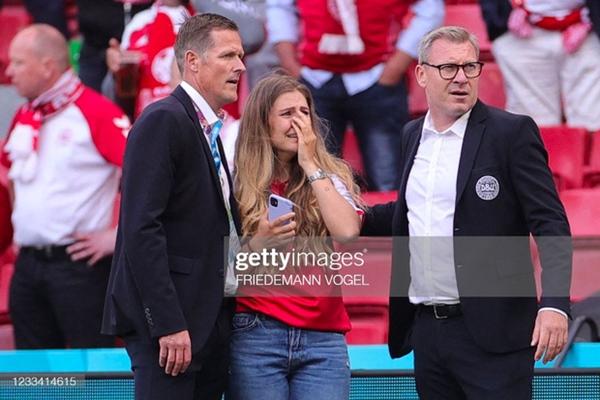 Ảnh: Vợ ngôi sao tuyển Đan Mạch leo rào, bật khóc trong vòng tay đồng đội khi thấy chồng mình đột quỵ-4