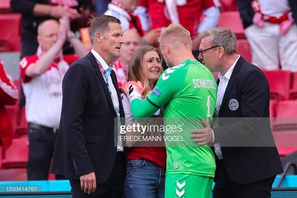 Ảnh: Vợ ngôi sao tuyển Đan Mạch leo rào, bật khóc trong vòng tay đồng đội khi thấy chồng mình đột quỵ-5