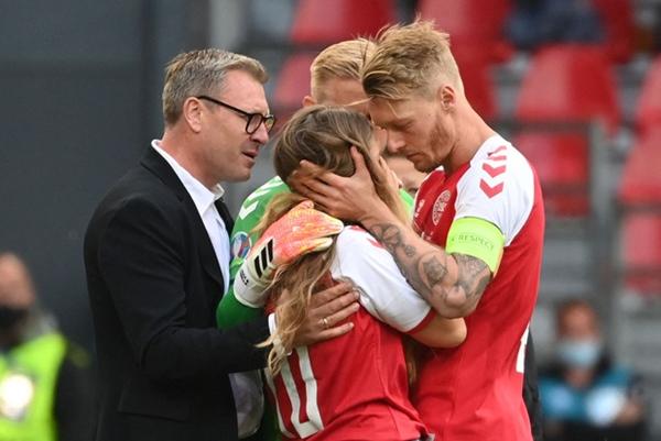 Ảnh: Vợ ngôi sao tuyển Đan Mạch leo rào, bật khóc trong vòng tay đồng đội khi thấy chồng mình đột quỵ-6