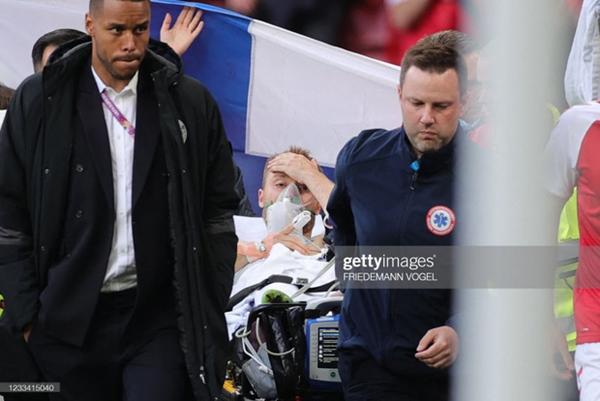 Ảnh: Vợ ngôi sao tuyển Đan Mạch leo rào, bật khóc trong vòng tay đồng đội khi thấy chồng mình đột quỵ-9
