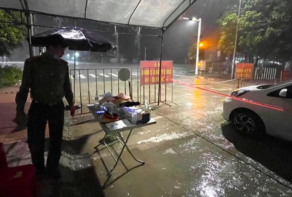 Bão số 2 gây mưa tầm tã, cán bộ trực chốt Covid-19 Hà Tĩnh ăn vội bát mỳ trong lều ngập nước-3