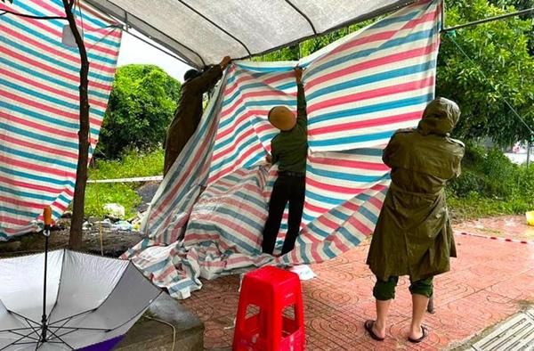 Bão số 2 gây mưa tầm tã, cán bộ trực chốt Covid-19 Hà Tĩnh ăn vội bát mỳ trong lều ngập nước-4