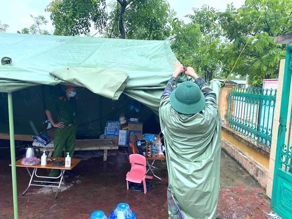 Bão số 2 gây mưa tầm tã, cán bộ trực chốt Covid-19 Hà Tĩnh ăn vội bát mỳ trong lều ngập nước-6