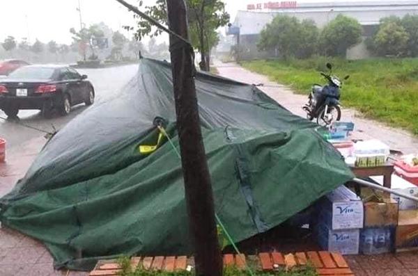 Bão số 2 gây mưa tầm tã, cán bộ trực chốt Covid-19 Hà Tĩnh ăn vội bát mỳ trong lều ngập nước-8