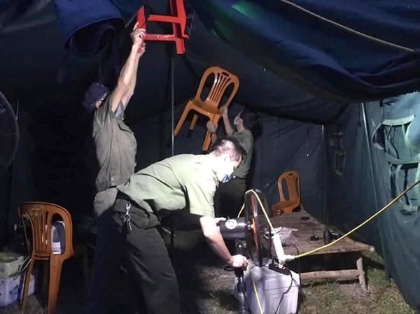 Bão số 2 gây mưa tầm tã, cán bộ trực chốt Covid-19 Hà Tĩnh ăn vội bát mỳ trong lều ngập nước-9