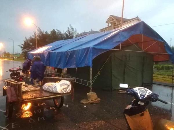 Bão số 2 gây mưa tầm tã, cán bộ trực chốt Covid-19 Hà Tĩnh ăn vội bát mỳ trong lều ngập nước-10
