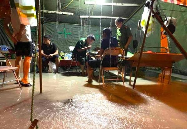 Bão số 2 gây mưa tầm tã, cán bộ trực chốt Covid-19 Hà Tĩnh ăn vội bát mỳ trong lều ngập nước-11